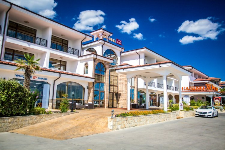 Entrance Hotel Palace