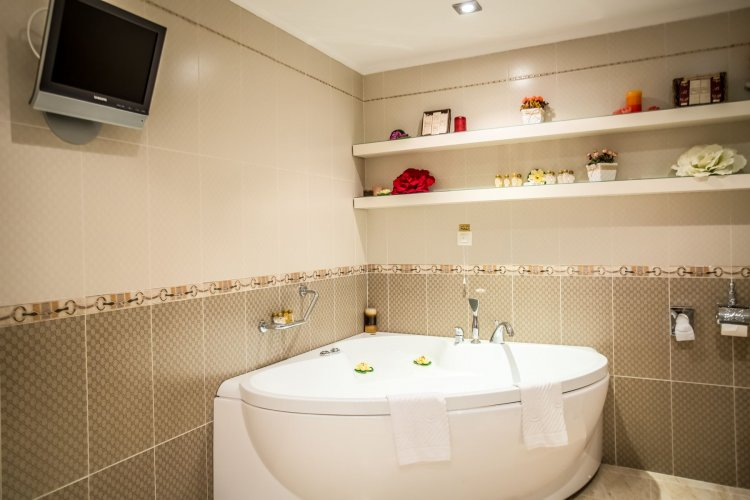 Hotel Palace Bath Tv